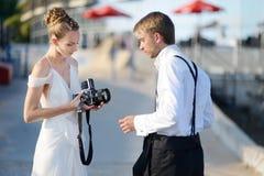 Bruid en bruidegom die met een oude camera schieten royalty-vrije stock fotografie