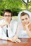 Bruid en bruidegom die omhoog kijken Stock Foto