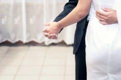 Bruid en bruidegom die op het stadium in restaurant en het vieren huwelijk dansen royalty-vrije stock afbeeldingen