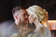 Bruid en bruidegom die en op hun huwelijksdag geen nadruk koesteren kussen Het creëren van een nieuwe familie, een gelukkig paar  stock foto's
