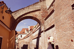 Bruid en bruidegom die in oude stad lopen Stock Foto