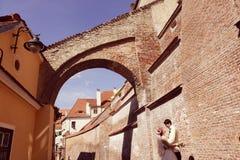 Bruid en bruidegom die in oude stad lopen Stock Afbeeldingen