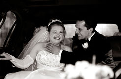 Bruid en Bruidegom die pret in een limo hebben Royalty-vrije Stock Fotografie