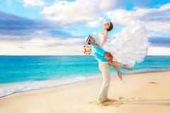 Bruid en bruidegom die pret op een tropisch strand hebben Stock Foto's