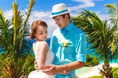 Bruid en bruidegom die pret op een tropisch strand hebben onder de palm RT Stock Fotografie
