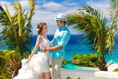 Bruid en bruidegom die pret op een tropisch strand hebben onder de palm t Royalty-vrije Stock Foto's
