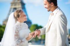 Bruid en bruidegom die ringen in Parijs ruilen Stock Afbeeldingen