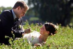 Bruid en Bruidegom die romantisch zijn Royalty-vrije Stock Fotografie