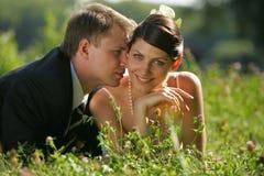 Bruid en Bruidegom die romantisch zijn Royalty-vrije Stock Afbeelding