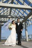 Bruid en bruidegom die samen lopen. Royalty-vrije Stock Afbeeldingen