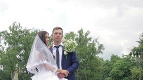 Bruid en bruidegom die teder het kussen in a omhelzen stock videobeelden