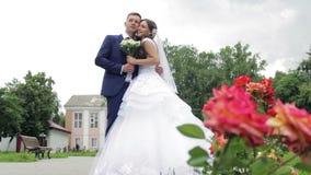 Bruid en bruidegom die teder het kussen in a omhelzen stock footage