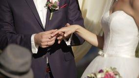 Bruid en bruidegom die trouwringen ruilen stock video