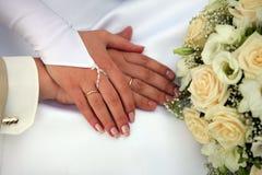 Bruid en Bruidegom die trouwringen tonen stock afbeelding