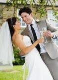 Bruid en Bruidegom Drinking Champagne At Wedding stock foto
