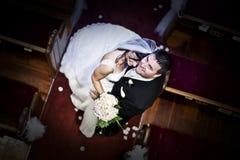 Bruid en bruidegom in een kerk Royalty-vrije Stock Afbeeldingen