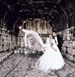 Bruid en bruidegom in een mooie lichte holdingsomhelzing Stock Foto's