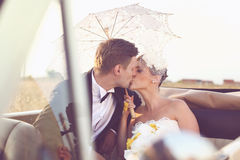 Bruid en bruidegom in een uitstekende auto Stock Fotografie