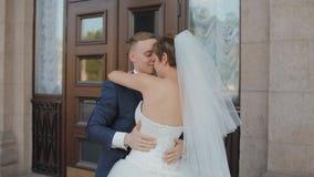 Bruid en bruidegom in eerste huwelijksdans stock footage