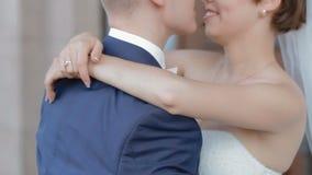 Bruid en bruidegom in eerste huwelijksdans stock video