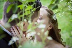 Bruid en Bruidegom eerste kus royalty-vrije stock foto