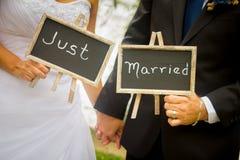 Bruid en bruidegom enkel gehuwd borden royalty-vrije stock foto