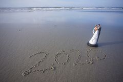 Bruid en Bruidegom Figurine bij het Strand met het jaar 2020 geschreven in het Zand royalty-vrije stock afbeeldingen
