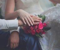 Bruid en bruidegom, handen Stock Fotografie
