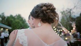 Bruid en bruidegom het dansen eerste dans op hun huwelijk De man en de vrouw draaien in openlucht en zingen, hebben een goede tij stock videobeelden