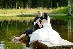 Bruid en bruidegom het drinken champagne stock fotografie