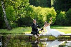 Bruid en bruidegom het drinken champagne royalty-vrije stock foto's