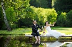 Bruid en bruidegom het drinken champagne royalty-vrije stock afbeelding