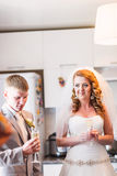 Bruid en Bruidegom het Huwelijksontvangst van Enjoying Meal At stock fotografie