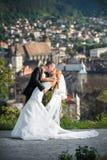 Bruid en bruidegom het kussen Stock Afbeeldingen