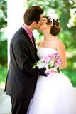 Bruid en bruidegom in het park Royalty-vrije Stock Fotografie