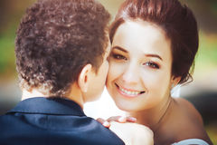 Bruid en bruidegom in het park Stock Afbeelding