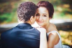 Bruid en bruidegom in het park Royalty-vrije Stock Foto
