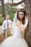 Bruid en bruidegom het stellen in de herfstpark royalty-vrije stock fotografie