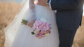 Bruid en bruidegom het stellen dichtbij de rivier stock video