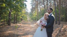 Bruid en bruidegom het stellen in het hout stock videobeelden