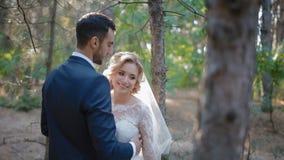 Bruid en bruidegom het stellen in het hout stock footage