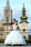 Bruid en bruidegom het stellen in stad Royalty-vrije Stock Afbeelding