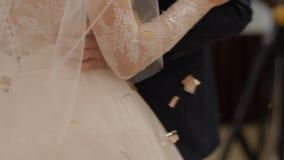 Bruid en bruidegom in hun eerste huwelijksdans stock video