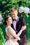 Bruid en bruidegom in huwelijkskleren stock foto