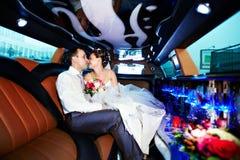 Bruid en bruidegom in huwelijkslimo Royalty-vrije Stock Foto's