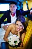 Bruid en bruidegom in huwelijkslimousine Royalty-vrije Stock Afbeeldingen
