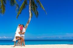 Bruid en bruidegom, jong houdend van paar, op hun huwelijksdag, outd Royalty-vrije Stock Foto