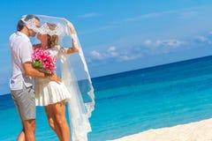 Bruid en bruidegom, jong houdend van paar, op hun huwelijksdag, outd Royalty-vrije Stock Foto's