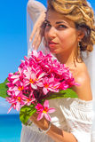Bruid en bruidegom, jong houdend van paar, op hun huwelijksdag, outd Stock Foto's