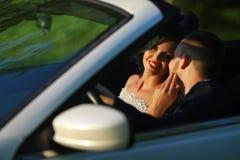 Bruid en bruidegom Jong huwelijkspaar die van romantische ogenblikken buiten op een de zomerweide genieten Gelukkige bruid en bru Royalty-vrije Stock Foto
